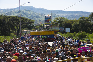 Venezuelans cross the Puente Internacional Simón Bolívar, the most traversed border point connecting Venezuela and Colombia in the Department of Norte de Santander. Approximately 50,000 Venezuelans cross into Colombia through the three official border crossings in this department every day.   While most just come for the day, between 3,000 and 5,000 Venezuelans stay in Colombia or continue onwards to other countries.   The International Organization for Migration (IOM) provides them with shelter, food, transportation, information on access to documentation, health care and protection on their journeys throughout the region.