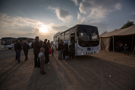 Migrants boarding the bus headed towards the processing center in Amman, Jordan. © IOM/Muse Mohammed 2015