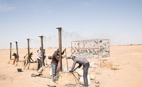 Starting from March 2016 migrants and local community members in the Nigerien town of Agadez have been trained how to make bricks using only plastic and sand.OIM Niger and the Italian NGO Terre Solidali are behind thisinnovative and eco-friendly training project. The Italian NGO, based in Niamey, has a solid experience in this EU-Certified technique and has provided an excellent training to the participants. The produced bricks will be then used to offer a paving service in the town of Agadez. The training has been received with optimism by local authorities and stakeholders. The principal objectivesare to encourage community development project, provide alternatives to irregular migration and offer professional training to the youth while helping the planet.