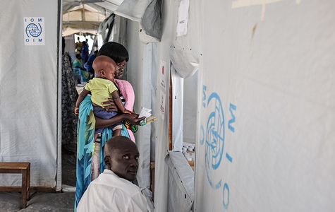 IOM provides medical care to an IDP family at a temporary clinic in South Sudan.