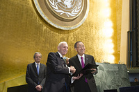 Opening of High-level plenary meeting on addressing large movements of refugees and migrantsSecretary-General Ban Ki-moon and Director General of IOM William Lacy Swing participated in the Signing Ceremony of the UN-IOM Agreement
