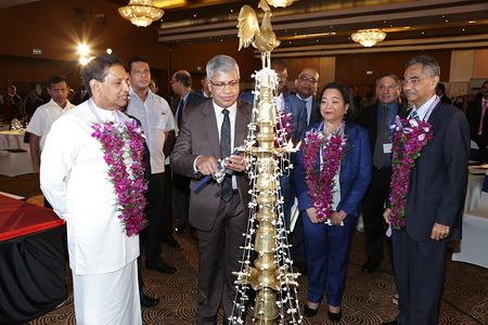 Anura Jayawickrama, Secretary, Ministry of Health, Sri Lanka, lighting the oil lamp. © IOM 2017