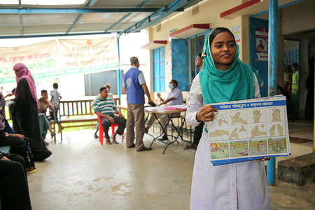 A community healthcare worker uses the time patients spend waiting to see the doctor to share important health messages.