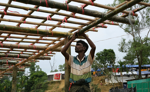 IOM day labourers from the Rohingya refugee community construction a centre for new arrivals to processed and assisted at Balukhali settlement.