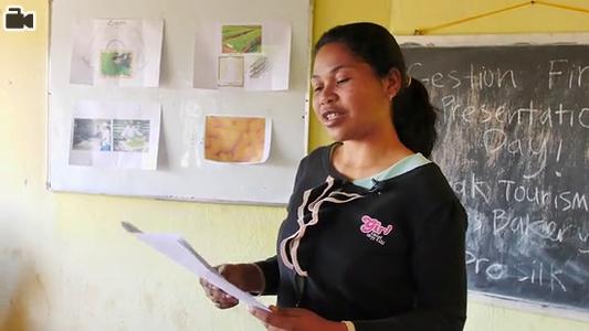 «Loharano » est le projet lancé par OIM et le ministère des Affaires Etrangères (MAE) de MAdagascar, afin d'engager la diaspora malgache au développement économique de Madagascar. 9 jeunes volontaires Malgaches de la diaspora etait sélectionnés pour mettre en oeuvre des actions ayant trait au développement communautaire dans cinq communes dans le domaine de l'éducation, de l'informatique, de l'élevage, des langues et de l'artisanat. Cette image a été prise dans l'une des salles de classe où des volontaires dispensent des cours de gestion d'entreprise.